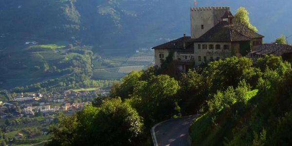 In aussichtsreicher Lage, die Burg Thurnstein oberhalb von Meran.