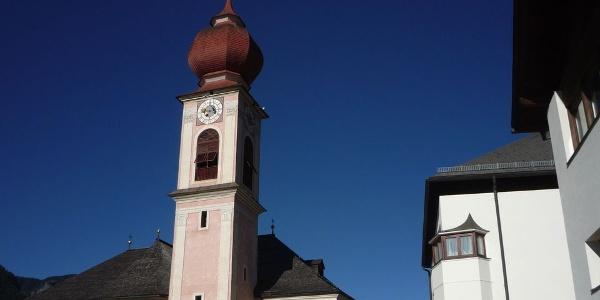 Die spätbarocke Pfarrkirche im Dorfzentrum