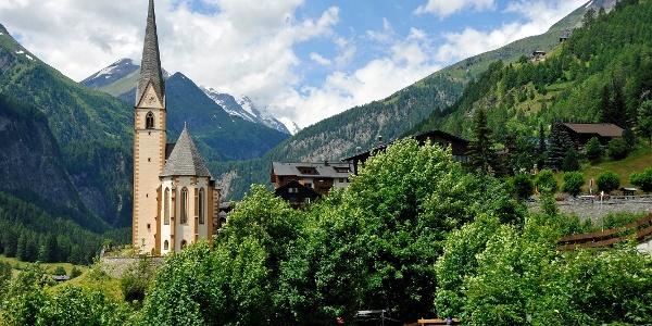 Heiligenblut mit dem Blick auf die Pfarrkirche mit Großglockner im Hintergrund. Wohl eines der bekanntesten Fotomotive in Österreich und Ausgangspunkt der Wanderung.