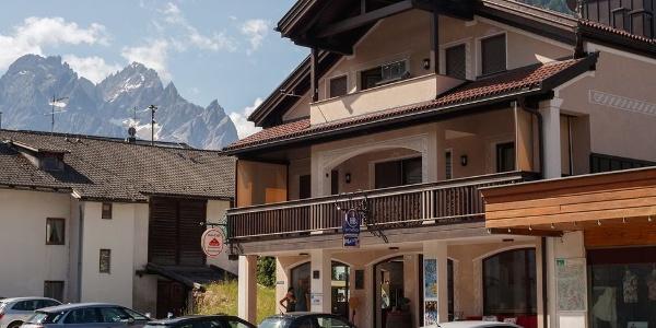 Das Stabinger Café & Bar in Sexten mit beeindruckender Bergkulisse im Hintergrund.