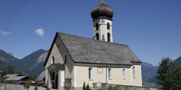 Blick auf die Pfarrkirche Heiliger Josef, mit Friedhof