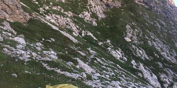 Der Einstieg. Ein Pfad und Steinmännchen zeichnen den Weg