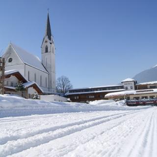 Die Dorfloipe führt durch das Zentrum von Silbertal