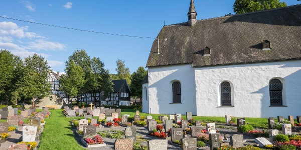 Kirche mit Friedhof in Lenne