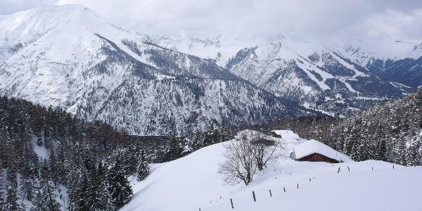 Blick auf die Köglalm. Dahinter das Karwendel mit Seekarspitze und Christlum