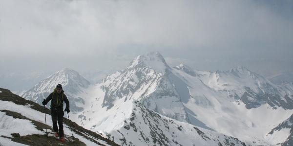 Der letzte Anstieg zum Gipfel erfolgt zu Fuß und ist unschwierig.