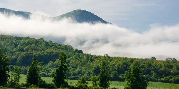 Ki korán kel, felhőből kilógó Karancsot lel