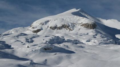 Der Monte Sella di Sennes in seiner vollen Pracht. Gut kann man auch die Anstiegsvariante über die Ostseite (Schatten) erkennen.