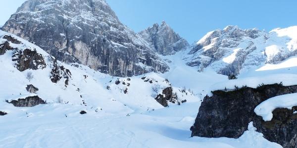 Im hinteren Sandestal mit Blick auf die gewaltigen Felsfluchten des Gschnitzer und Pflerscher Tribulaun.