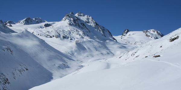 Nach der Querung oberhalb der Vernagtschlucht, kann man den weiteren Anstieg zur Vernagthütte als auch zur Hochvernagt Spitze sehr gut ausmachen.