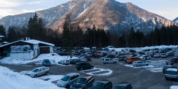 Gebührenfreier und großer Parkplatz bei der Talstation der Krippenstein-Seilbahn in Obertraun