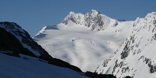 Blick zur Hohen Wilde, deren Nordgipfel ebenfalls ein beliebter Skitourenberg ist.