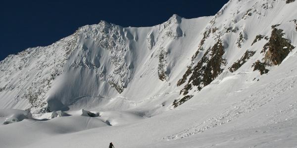 Die gewaltige Nordwand rückt beim Anstieg über das Schlegeiskees immer mehr ins Blickfeld.