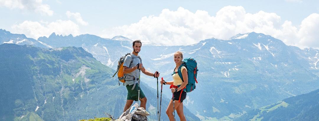 Via Glaralpina mit Blick ins Tal und zu den Tschingelhörner mit dem Martinsloch