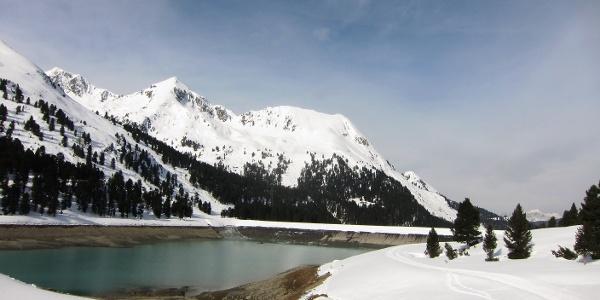 Vordere Karlesspitz und Schafzoll (rechts), vorne der Speichersee Längental.