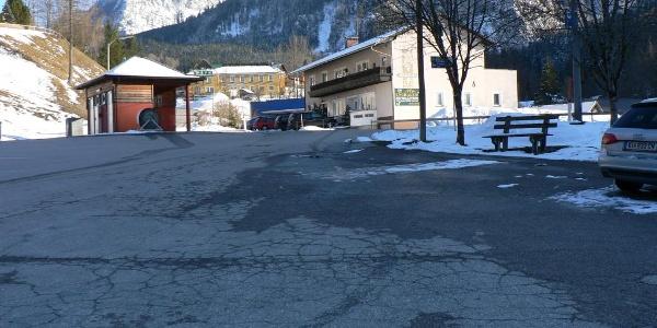 Der Parkplatz in Roßleithen, Ausgangspunkt für die Tour ins Glöcklkar, oben das Gasthaus Sengsschmied