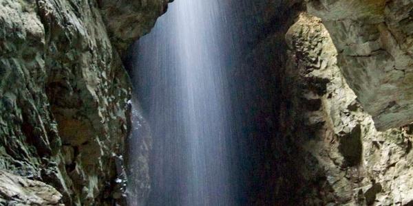 ... und auch von oben stürzt das Wasser in die Klamm.