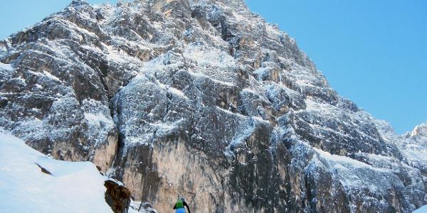 Imposante Felskulisse beim Anstieg hinauf zur Tribulaunhütte.