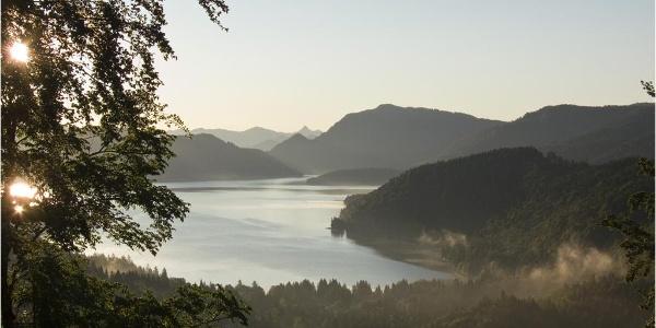 Wer früh zum Simetsberg aufbricht, kann die Spiegelung des Sonnenaufgangs im Walchensee erleben.