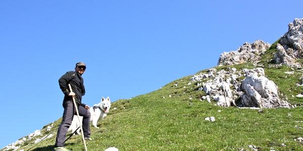 steiles Wiesengelände beim Aufstieg zur Sonntagskarspitze