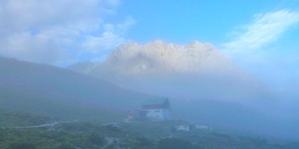 Die Pfeishütte im morgendlichen Nebel