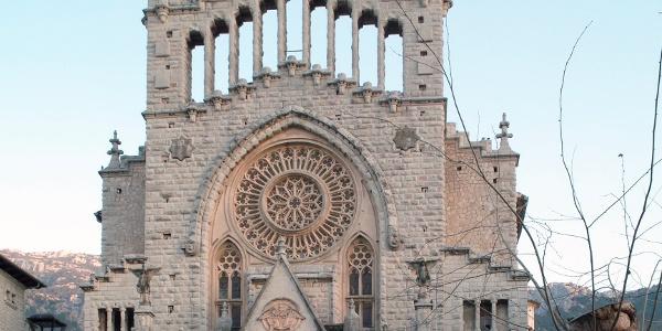 Die Pfarrkirche Sant Bartomeu an der Plaça de Constituciò