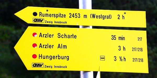 Wegweiser Richtung Arzler Scharte & Rumer Spitze Westgrat