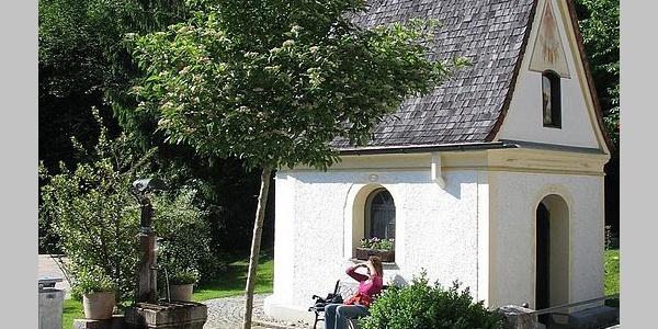 Brunnen und Kapelle