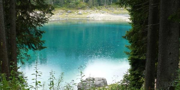 Der Karersee mit seinem tiefgrünen Wasser
