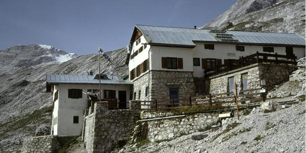 Am unteren Rand des Platts steht die Knorrhütte.