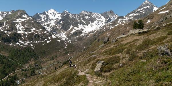 Im Abstieg zur Lienzer Hütte mit Blick auf die Lienzer Hütte im Talboden, dem Hochschober darüber und der Glödis (rechts)
