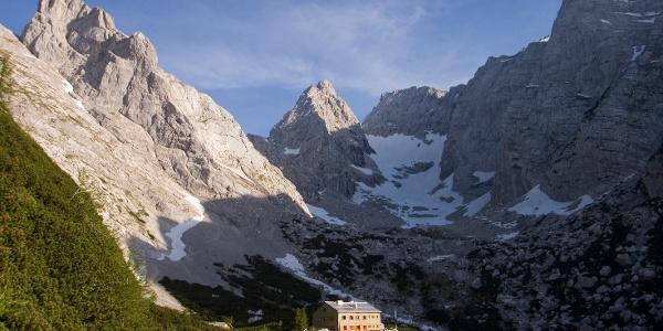 Blaueishütte mit umrahmende Berge