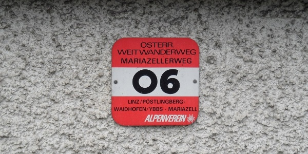 Markierung des Weitwanderwegs 6 (und 9).