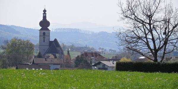 Die Kirche in Waldneukirchen ist in der Ferne zu sehen.