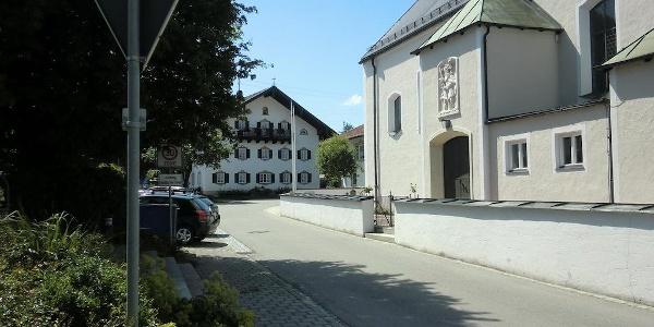 Startplatz in Rimsting: Parkplatz mit Kirche