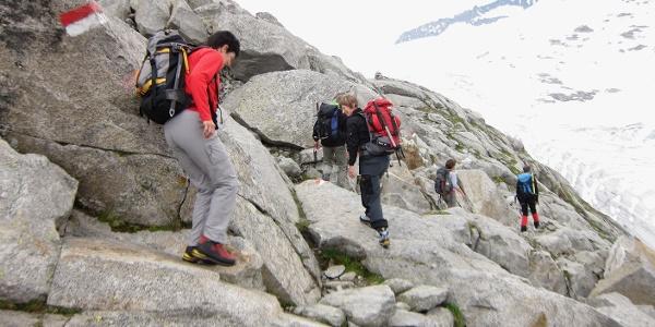 Wegpassagen mit vom Gletscher geformten Naturtreppen machen den Zustieg kurzweilig.