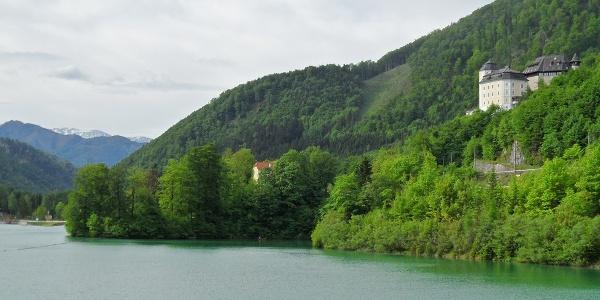 Von der Dammkrone hat man einen schönen Blick auf die Burg und das Schloss Klaus