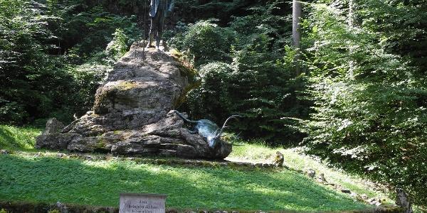 Wir passieren das Kaiser Jagdstandbild - dieses wurde von der Jägerschaft 1910 anlässlich des 80. Geburtstages von Kaiser Franz Josef errichtet