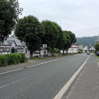 Parkplatz und Haltestelle an der Schützenhalle für die Wanderung O6 in Ostwig