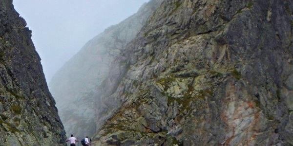 Der erste Teil des Aufstieges mit Blick auf den Gipfel