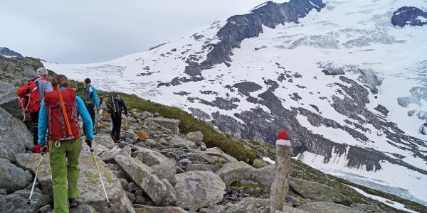 Der Alpenvereinsweg bis zum Gletscher ist sehr gut und in kurzen Abständen markiert. Die Wegfindung ist hier keine Herausforderung.Noch leicht nebelvehüllt - der Gipfel des Großvenedigers.