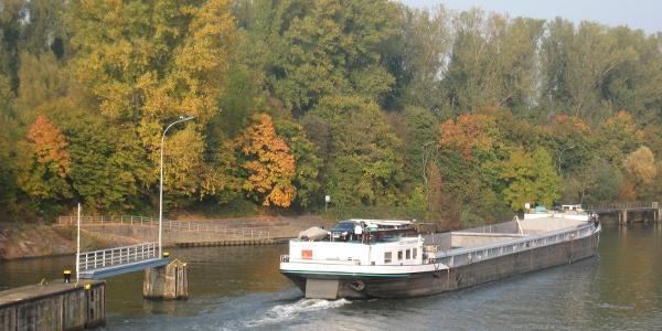Schleuse Horkheim - neckarabwärts fahrendes Schiff