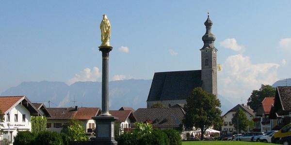Blick auf die Mariensäule und die katholische Pfarrkirche Mariä Himmelfahrt in Anger.