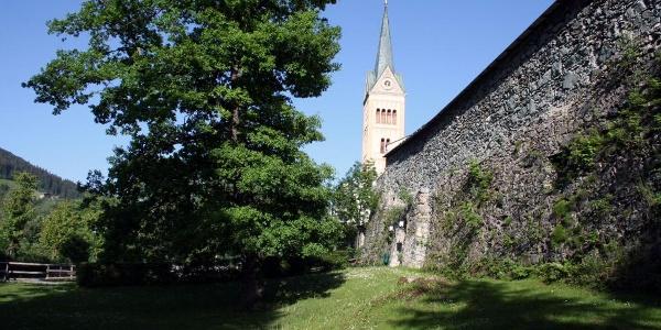 Stadtmauer mit Kirchturm