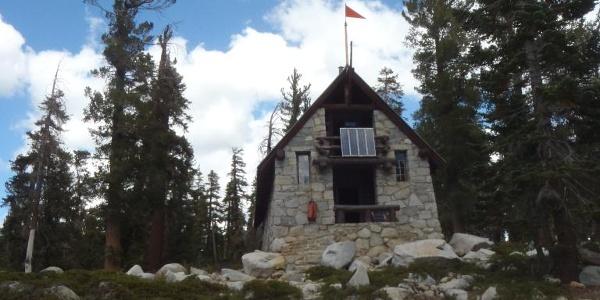 Die Ostrander Lake Hütte ist im Winter ein beliebtes Ausflugsziel für Schneeschuhgeher und Langlaufläufer.