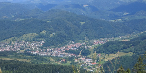 Blick vom Ibacher Holzplatz über Oppenau zur Hornisgrinde