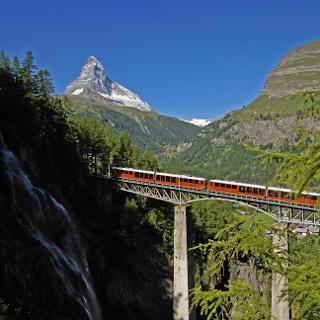 Fahrt mit der Gornergrat Bahn über die Findelbach Brücke