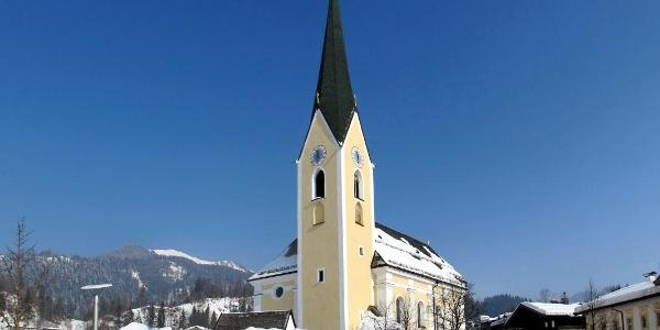 Die Pfarrkirche Hl. Petrus und Hl. Paulus in Kössen.