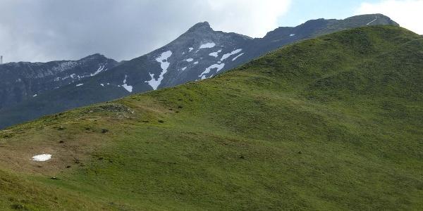 Blick vom Saun zur Riedspitze (links) und dem Weißspitz (Bildmitte)