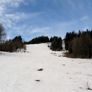 Aufstieg über die ehemalige Piste - hier gerade genug Schnee für Aufstieg und Abfahrt